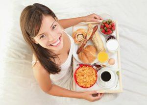 desayuno completo mujer desayunando